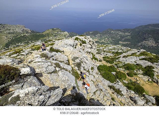 escursionistas ascendiendo al Puig de Galatzó,1. 027 m, Paraje natural de la Serra de Tramuntana, Mallorca, balearic islands, Spain