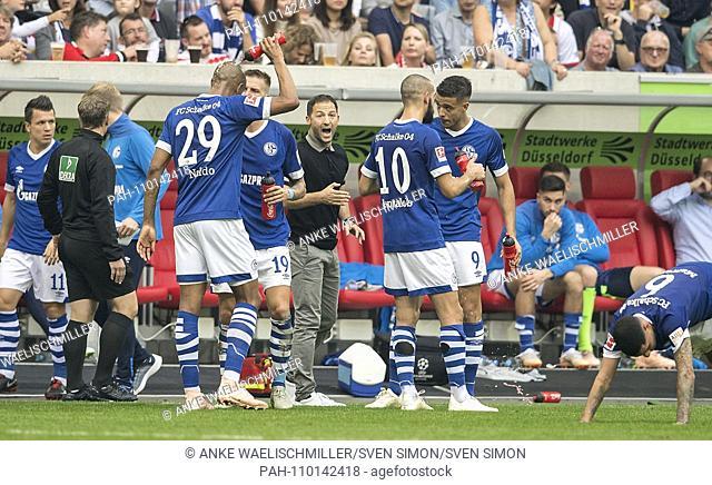 coach Domenico TEDESCO (GE) between his players, gives instructions, Football 1.Bundesliga, 7.matchday, Fortuna Dusseldorf (D) - FC Schalke 04 (GE) 0: 2