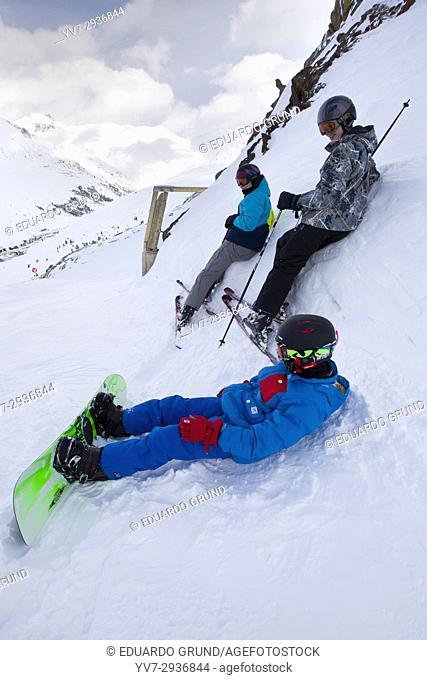Jovenes descansando apoyados en una pared de nieve previo al descenso en una pista en Kühtay, la estacion mas alta de Austria a 2200m