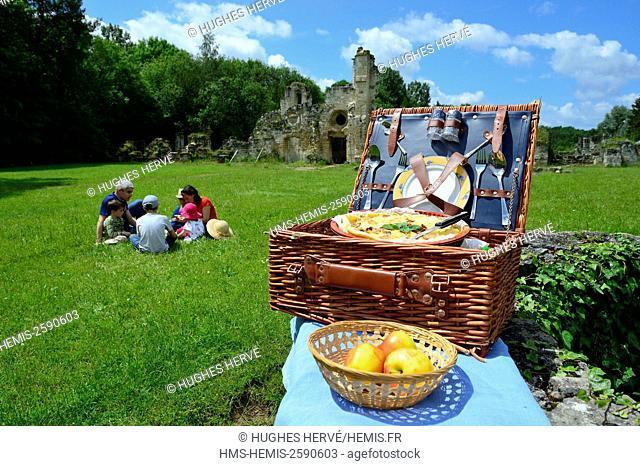 France, Aisne, Bouconville-Vauclair, Vauclair abbey, family picnic