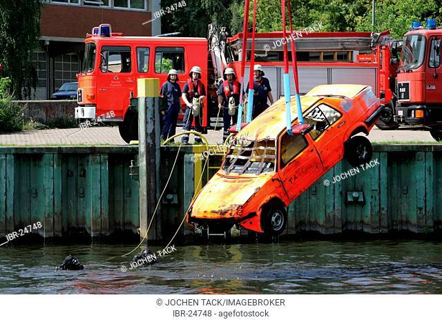DEU, Federal Republic of Germany, Berlin: Rescue diver of the Berlin fire brigade at a rescue training