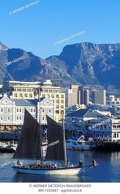 Excursion boat, sailing boat with tourists in the harbor, Victoria & Alfred Waterfront, Table Mountain in the back, Cape Town, Western Cape, South Africa