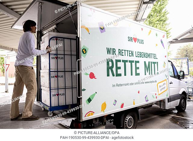 """09 May 2019, Berlin: Raphael Fellmer (l), founder and managing director of """"""""SirPlus"""""""", pushes a trolley with food for a supermarket branch """"""""SirPlus"""""""" for..."""