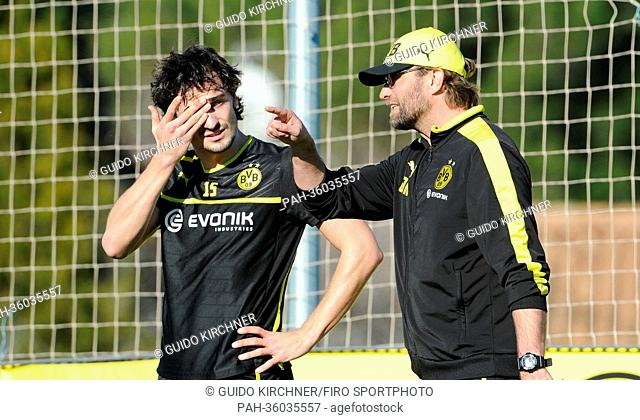 Borussia Dortmund's head coach Juergen Klopp (R) gives directions to MatsHummels during the team's winter training camp in La Manga, Spain, 06 January 2013