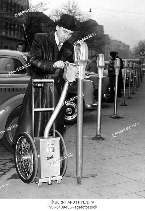 An employee of the City of Duesseldorf empties the parking metres in Duesseldorf in 1957. - Düsseldorf/Nordrhein-Westfalen/Germany