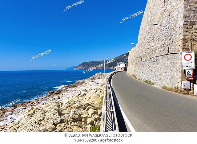 Road along beach from Deiva Marina to Moneglia, Galleria De Barbieri, Riviera di Levante, Province of La Spezia, Liguria, Italy