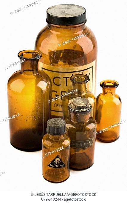Bodegón de frascos antiguos de productos químicos