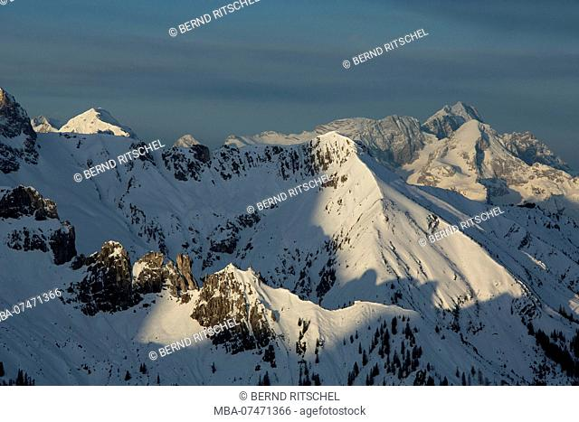 View from the Rappenklammspitze in winter, Karwendel Mountains, Tyrol, Austria, to the ridge of the Kampenleitenkopf, background Zugspitze, Upper Bavaria