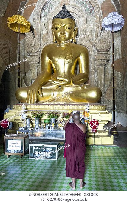 Myanmar (ex Birmanie). Bagan, région de Mandalay. Temple Htilominlo du 13ème siècle. Bouddha assis doré / Myanmar (ex Birmanie)