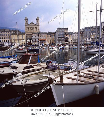 Der Hafen von Bastia mit Sicht auf die Barockkirche Saint-Jean-Baptiste, Korsika 1980er Jahre. The harbour of Bastia with a view on the baroque church...