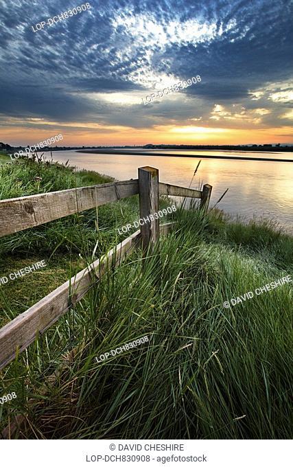 England, Gloucestershire, Newnham, Sunrise over the River Severn at Newnham