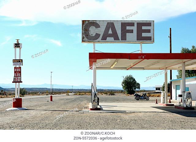 80izer Jahre Tankstelle in der Wueste Kaliforniens, USA 2013