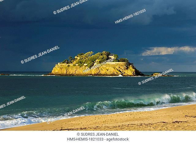 France, Ille et Vilaine, Cote d'Emeraude (Emerald Coast), Cancale surroundings, St Coulomb, Anse du Guesclin and Fort du Guesclin built on an islet