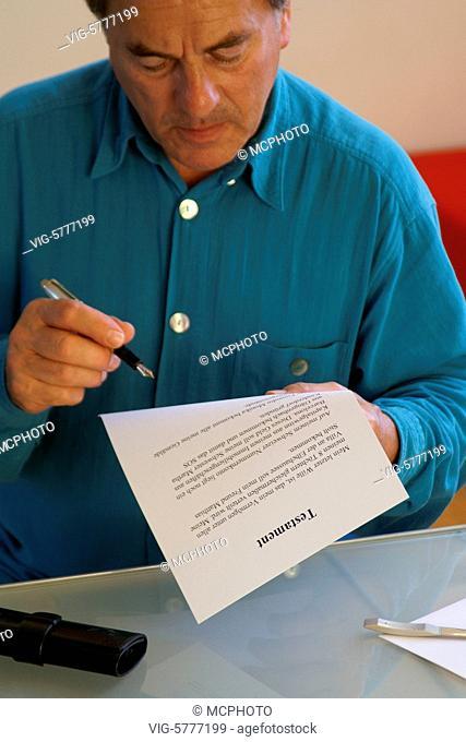 Aelterer Mann liest sich sein Testament nochmal durch, 2006, Hamburg - Hamburg, Germany, 06/11/2006