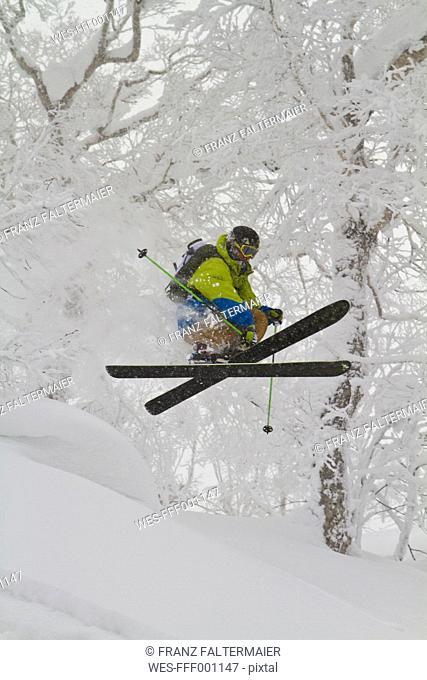Japan, Hokkaido, Rusutsu, Man skiing