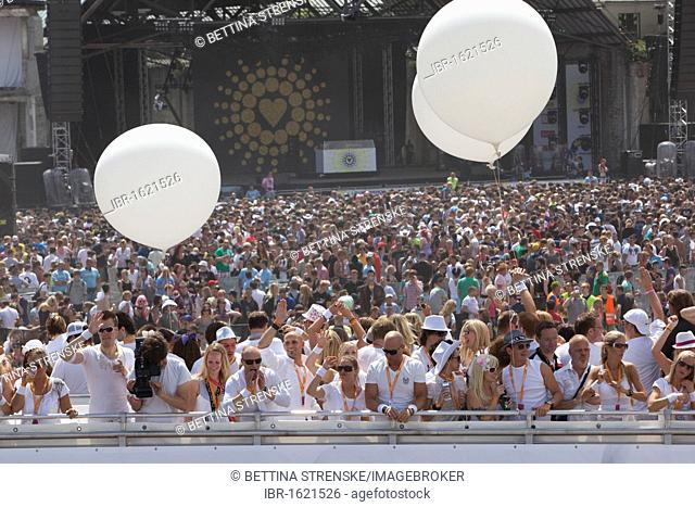 Loveparade 2010, huge crowds celebrate before many revellers are crushed to death in tragic tunnel accident, Duisburg, Ruhr Area, North Rhine-Westfalia, Germany