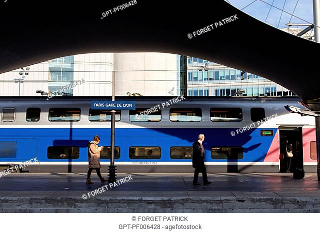 PASSENGERS WAITING FOR THEIR TGV TRAIN, GARE DE LYON TRAIN STATION, PARIS (75), FRANCE