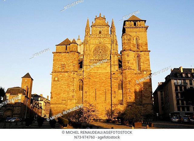 France, Aveyron 12, Rodez, capitale du Rouergue, cathédrale Notre Dame et tour François d'Estaing