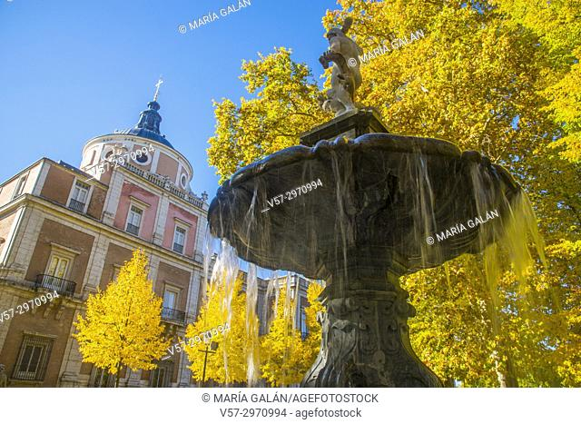 Fountain and Royal Palace in Autumn. La Isla Gardens, Aranjuez, Madrid province, Spain