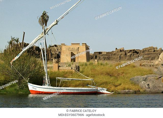 Felouque lying on the Nile close to the ruins of the Elephantine Island¸