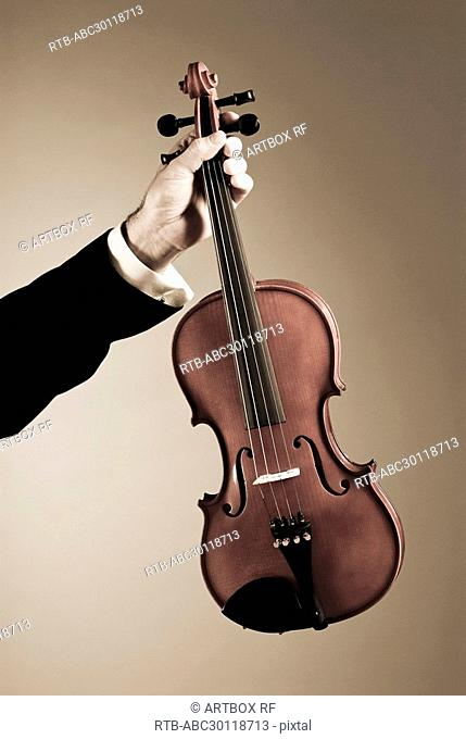 Man's hand holding a violin