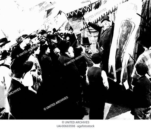 Auf einem Jahrmarkt tritt Dr. Caligari (WERNER KRAUSS) als Hypnotiseur auf. Film, Fernsehen, Drama, Horrorfilm, Stummfilm, Silent Movie