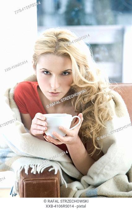 woman drinking lemon tea
