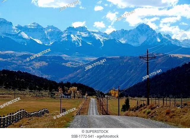 USA, Colorado, country road with San Juan Mountains as backdrop