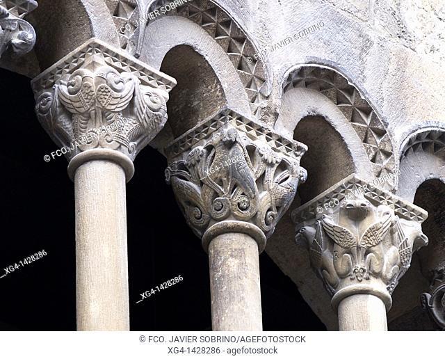 Gallery arches and Romanesque capitals - Palacio de los Reyes - Estella - Lizarra - Navarra - Camino de Santiago - Spain