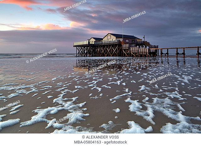 Germany, Schleswig - Holstein, North Frisia, Eiderstedt, Sankt Peter-Ording, sundown on the beach of Sankt Peter-Ording