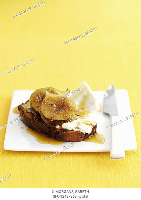 Fruit bread with honey, figs and ricotta