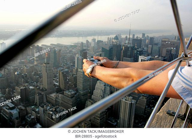 USA, United States of America, New York City: Tourists on the viewing plattform of the Empire State Building