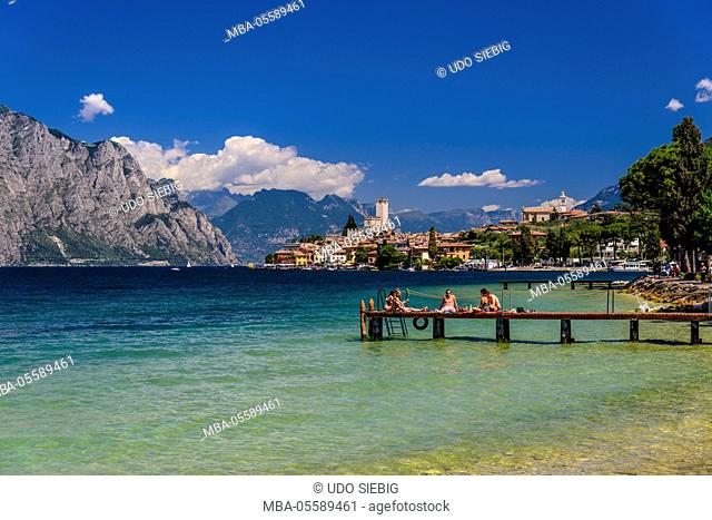 Italy, Veneto, Lake Garda, Malcesine, townscape with Scaliger castle, view from the lakeside promenade