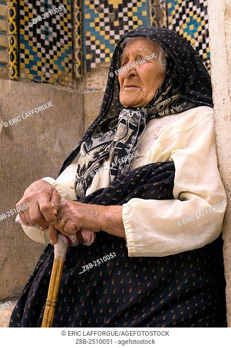 Iran, Fars Province, Shiraz, old woman