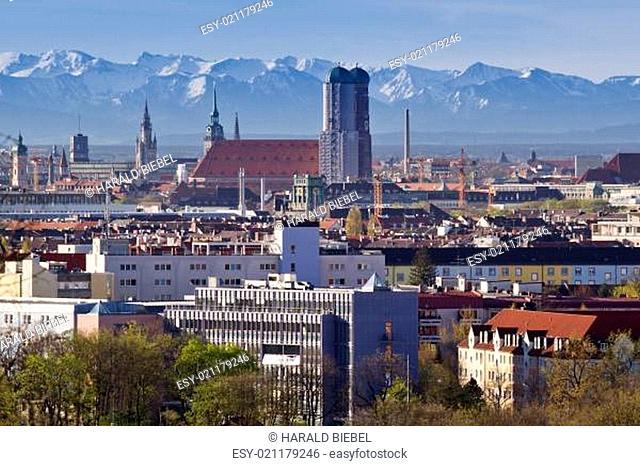 München bei Föhn mit Blick auf die Alpenkette