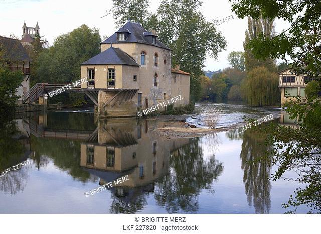 Moulin de Chasseigne, River Clain, Poitiers, Chemins de Saint-Jacques, Via Turonensis, Dept. Vienne, Region Poitou-Charentes, France, Europe