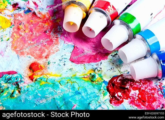 Farbpalette mit verschiedenen Farbtuben