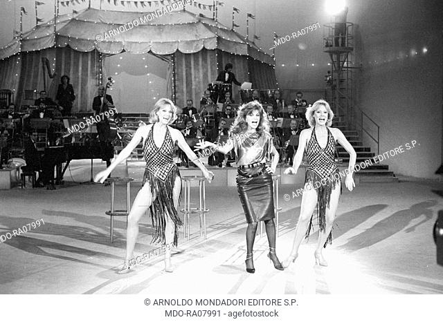 The twin sisters and well-known German variety showgirls Alice and Ellen Kessler smiling in the TV show 'Al Paradise'. They became two Italian TV celebrities in...