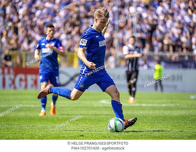 Marco Thiede (KSC) individual action, cut out. GES / Soccer / 3rd Bundesliga: GES / Soccer / VfR Aalen - Karlsruher SC, 05.05