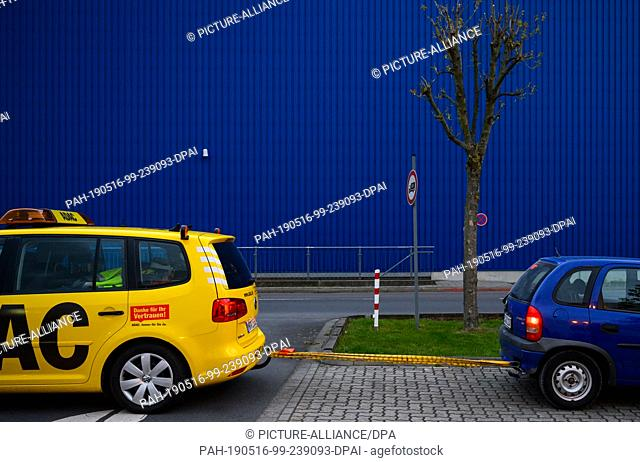 03 May 2019, Lower Saxony, Wolfenbüttel: A car of the Adac breakdown service pulls a car out of a ditch at a parking lot with a tow rope