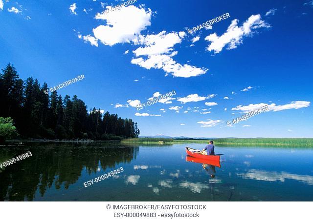 Canoe, Upper Klamath Lake , Upper Klamath National Wildlife Refuge, Klamath County, Southern Oregon, USA