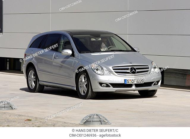 Car, Mercedes R 500, R-Klasse, model year 2005-, silver, Van, Crossover model, Limousine, standing, upholding, diagonal from the front, frontal view, City