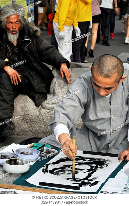 Seoul (South Korea): monk drawing and homeless man in Insa-dong