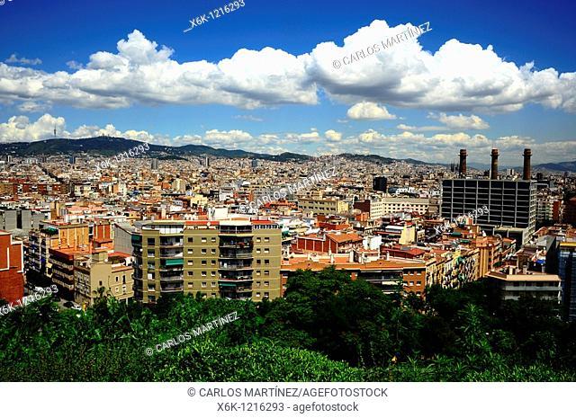 Panorámica de Barcelona desde Montjuich con sierra de Collserola al fondo y chimeneas de antigua central eléctrica propiedad de Fecsa-Endesa, Barcelona