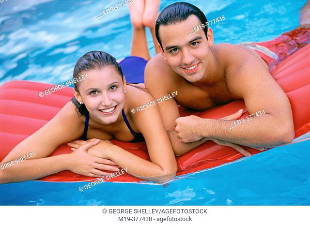hisp. couple in a swiming pool