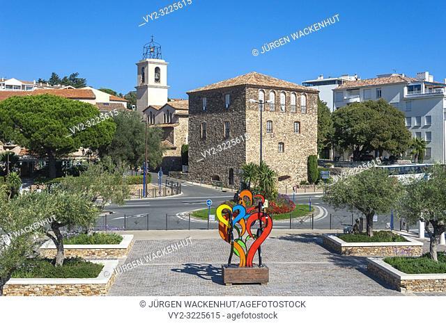 Sculpture on the Quai Léon Condroyer with the Tour Carrée and the Catholic Church, Sainte-Maxime, Var, Provence-Alpes-Cote d`Azur, France, Europe