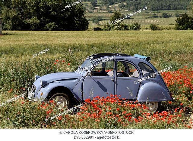 Old Citröen 2CV near Bonnieux. Luberon region. Provence. France