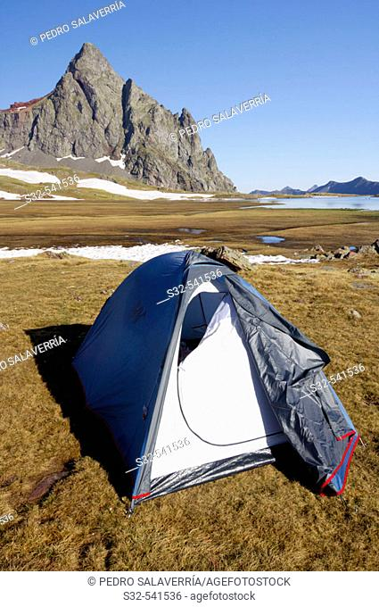 Tent. Anayet (2545 m.). Canal Roya. Canfranc Valley. Pyrenees Mountains. Huesca province, Aragón. Spain