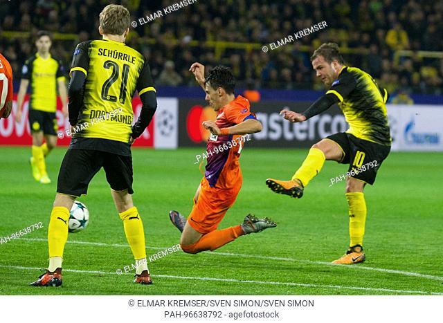Mario GOETZE (re., Gotze, DO) schiesst versus Praxitelis VOUROS (Apoel) auf das goal, Aktion, duels, Fussball Champions League, Gruppenphase, Gruppe H