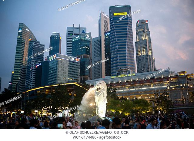 11. 08. 2018, Singapore, Republic of Singapore, Asia - Visitors gather at Merlion Park in front of the famous Merlion figure, Singapore's mascot and landmark